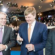 NLD/Amsterdam/20190314  - Koning bij viering 100 jaar Luchtvaart  in Nederland, Koning Willem Alexander showt het herdenkingsmuntje