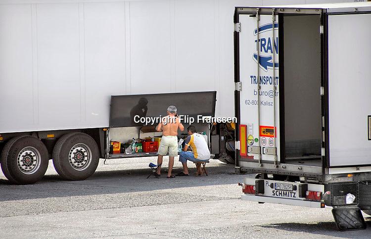 Nederland, Venraij, 5-7-2017Parkeerplaats langs de snelweg a73 met vrachtwagens uit Polen en chauffeurs die hun eten klaarmaken. Foto: Flip Franssen