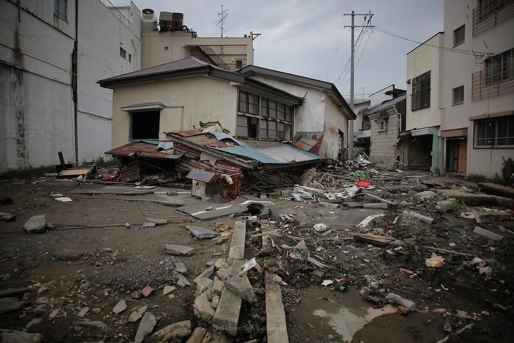 En centre ville, la plupart des bâtiments sont en béton et ont résisté au tsunami. Mais, beaucoup de maisons individuelles n'ont pu tenir. Elles sont affaissées, ou parfois seulement les façades ont été arachées.