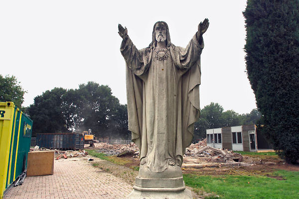 Nederland, Millingen, 18-9-2006Christusbeeld, Heilig Hartbeeld, bij een school die gesloopt wordt.Foto: Flip Franssen