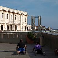 Ginnastica all'aperto vicino al porto antic di Genova. Gymnastics outdoors near the ancient port of Genoa.