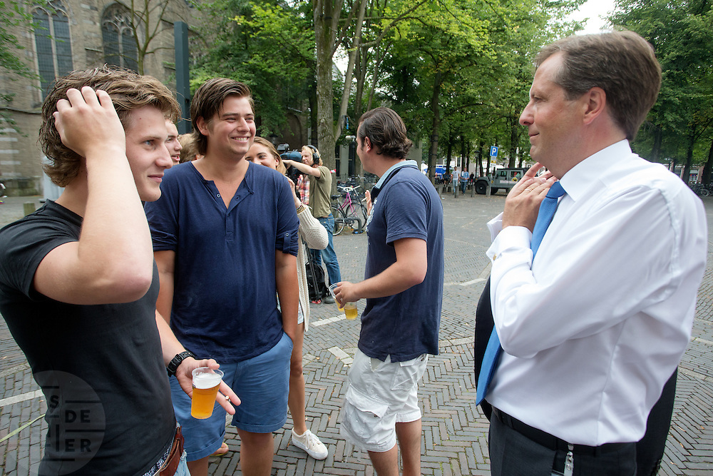 Alexander Pechtold (rechts) praat met een paar studenten na afloop van het debat. In Utrecht vindt tijdens de introductiedagen het eerste lijsttrekkersdebat plaats voor de Tweede Kamerverkiezingen. Diederik Samsom (PvdA), Alexander Pechtold (D'66), Arie Slob (ChristenUnie), Jolande Sap (GroenLinks) en Sybrand Buma (CDA) discussieerden vooral over de zaken die studenten aangaan. Pechtold en Samsom wonnen samen het debat.<br />