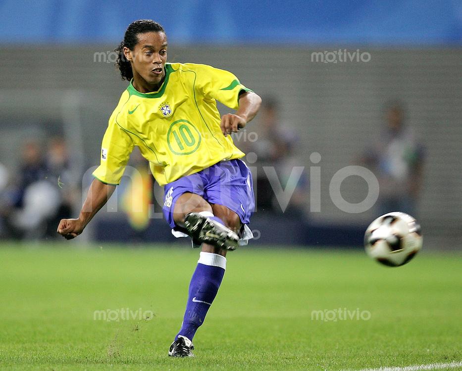 FIFA Confederations Cup Leipzig Brasilien - Griechenland (3:0) Ronaldinho (BRA) zieht ab, am Ball, in Schusshaltung.