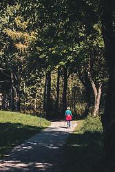 THEMENBILD - eine Wanderin am Ritzensee, aufgenommen am 29. September 2019 in Saalfelden, Oesterreich // a hiker at Lake Ritzensee in Saalfelden, Austria on 2019/09/29. EXPA Pictures © 2019, PhotoCredit: EXPA/ JFK