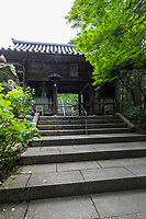 Kumadaniji - The temple gate is considered to be the finest of all 88 temples. Also noteworthy are the belfry tower, the priest's residential quarters, and a Japanese garden on the grounds. Kobo Daishi carved a large statue of Kannon and placed smaller similar statues inside it. This event marked the founding of this temple. In 1687, the temple's glorious main gate was built about 200m away. In the garden, there is a pine tree which is said to resemble a dragon
