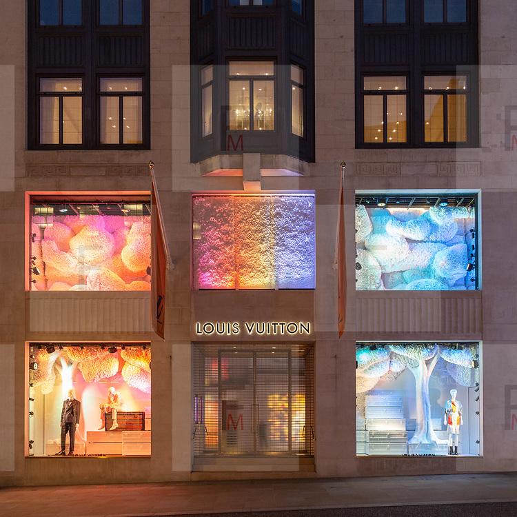 ouis Vuitton in @BondStreet ha decorato le proprie vetrine con altri colori oltre al tipico rosso natalizio.<br /> <br /> Louis Vuitton in @BondStreet has decorated his windows with other colours over the Christmas typical red.