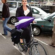 NLD/Huizen/20050706 - Premiere Nieuw Groot Chinees Staatscircus, Ans Markus op een beschilderde fiets.fietsend