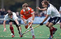 BLOEMENDAAL - Roel Bovendeert van Bl'daal tussen Sander Visser (l) en Maarten van Beers (r) van Tilburg tijdens de hoofdklasse hockeywedstrijd tussen de mannen van Bloemendaal en HC Tilburg (3-0). COPYRIGHT KOEN SUYK