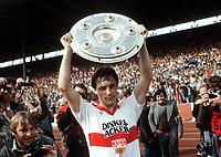 Fotball<br /> Bundesliga Tyskland<br /> Foto: Witters/Digitalsport<br /> NORWAY ONLY<br /> <br /> Asgeir SIGURVINSSON mit Meisterschale<br /> Fussballspieler VfB Stuttgart 1984