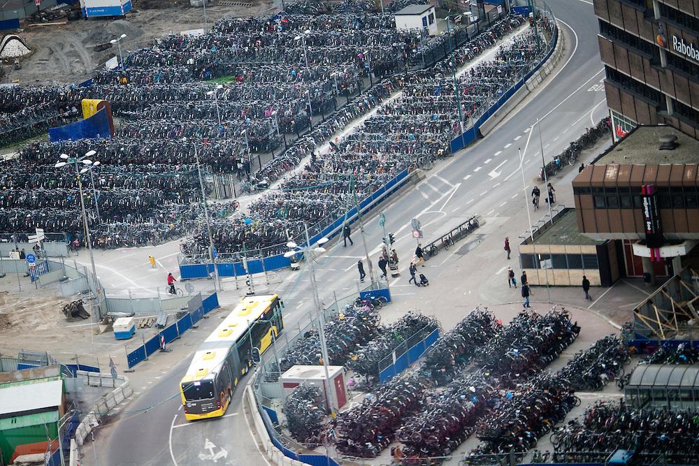 In Utrecht is de fietsenstalling aan het Smakkelaarsveld bij het centraal station overvol. Er is veel ruimtegebrek om alle fietsen te stallen van de reizigers.<br /> <br /> The bike parking near Utrecht Central Station is overcrowded with bicycles. In Utrecht there is a big shortage of room to park the bikes.