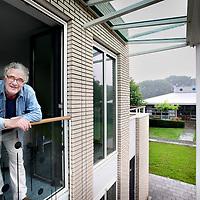 Nederland, Bennebroek , 10 augustus 2010..Jan Willem van der Minne, client GGZ inGeest en woonachtig in het Herman Harmshofje op de locatie Bennebroek..Foto:Jean-Pierre Jans