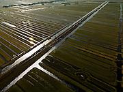 Nederland, Zuid-Holland, Gemeente Bergambacht, 20-02-2012; Krimpenerwaard met Polder Benedenkerk en Polder Zuidbroek. Kenmerkend voor de inrichting van de polder zijn de regelmatig gevormde ontginningsblokken, zogeheten cope-ontginningen. Het water in het midden is de Ringsloot (Slingerkade), gegraven rond 1800 in het kader van de voorbereiding van het afgraven van veen. Door de tegenvallend kwaliteit van het veen is de veenderij echter gestaakt..Krimpenerwaard with Polder Benedenkerk. Characteristic for the 'design' of the polder are the regularly shaped reclamation blocks, known as cope reclamations. The water in the middle is the Ringsloot (ring ditch), excavated in 1800 in preparation for the excavation of peat. Because of the disappointing quality of the peat bog, however, the was discontinued..luchtfoto (toeslag), aerial photo (additional fee required);.copyright foto/photo Siebe Swart.