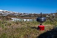 VILDMARKSVÄGEN JULI 2020<br /> Inget smakar bättre än en nykokt kopp kaffe på fjället.<br /> Vi vadee dessutom köpt med oss grymt goda rödingklämmor från Saxnäs. Butiken ligger vid vägen några hundra meter söder(öster) om Saxnäsgården.<br /> Foto: Per Danielsson/Projekt.P