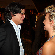 NLD/Noordwijk/20070831 - VIP avond Jackie Summer Fair 2007,  zakenman Willem Smit in gesprek met fotografe Helene Wiesenhaan