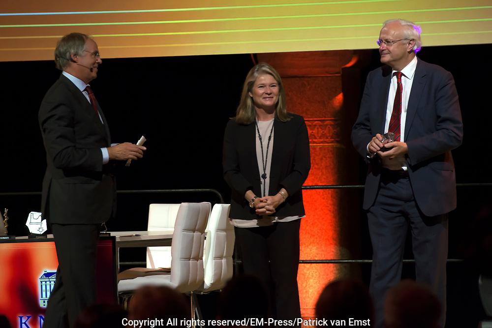 Koning Willem Alexander bij uitreiking Heinekenprijzen in de Beurs van Berlage. / King Willem Alexander at Heineken Awards ceremony in the Beurs van Berlage.<br /> <br /> Op de foto / On the photo: Christopher Dobson (Biochemie en Biofysica) en Charlene de Carvalho-Heineken