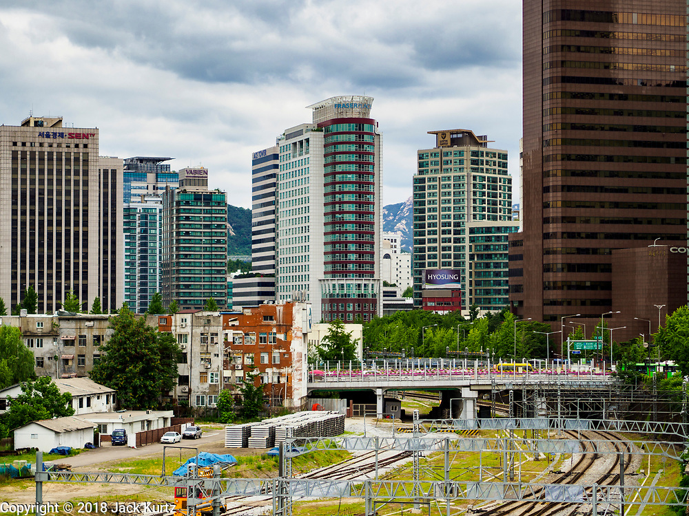 SEOUL, SOUTH KOREA: Looking north into central Seoul from the pedestrian skywalk near Seoul Station.       PHOTO BY JACK KURTZ