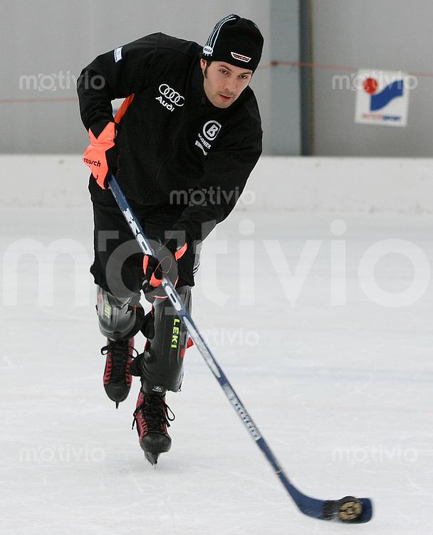 Ski Alpin; Saison 2006/2007  77. Weltcup Abfahrt Herren GER Ski Team spielt Eishockey in Wengen, Johannes Stehle an der Scheibe