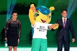 Marta (jogadora de futebol), Fuleco (mascote da Copa) e Bebeto (ex-jogador de futebol e membro do COL) durante a cerimônia do sorteio dos grupos da Copa do Mundo de 2014, na Costa do Sauípe, Bahia. FOTO: Jefferson Bernardes/ Agência Preview
