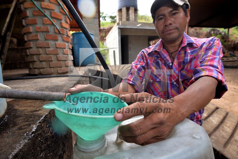 Malinalco, México.- (Agosto 30, 2018).- Rómulo Medina Núñez, lleva más de 22 años trabajando en la elaboración de Mezcal, su familia le enseño esta actividad, con un taller en la comunidad de El Palmar en Malinalco produce alrededor de 400 litros al mes que venden a granel en diversos lugares. Agencia MVT / Crisanta Espinosa.