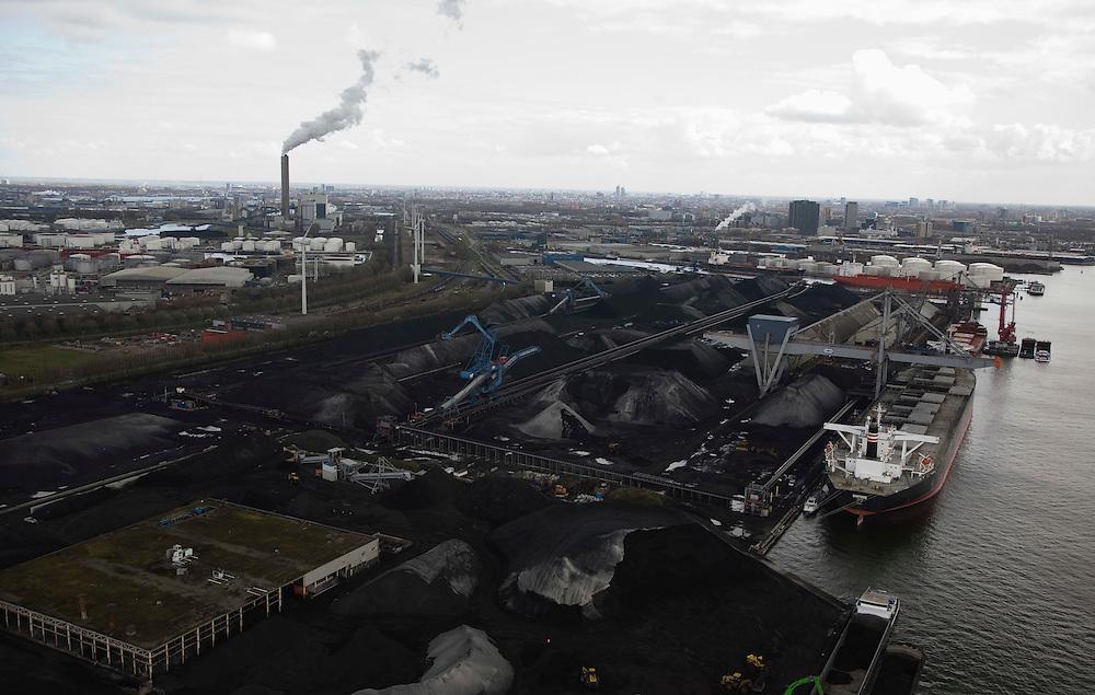 Nederland, Amsterdam, Westhaven, 16-04-2008; de bulk-carrier Chitose (uit Japan) voor de kade van kolenoverslagbedrijf OBA (Overslag Bedrijf Amsterdam); de steenkolen worden onder andere gebruikt door de elektriciteitscentrale aan de Hemweg (met schoorstenen in de achtergrond)en zijn ook (deels) bestemd voor export naar Duitsland; bulkcarrier, overslag..luchtfoto (toeslag); aerial photo (additional fee required); .foto Siebe Swart / photo Siebe Swart