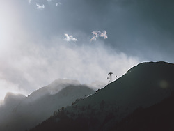 THEMENBILD - Liftstütze der 3K K-onnection mit der Berglandschaft im Gegenlicht, aufgenommen am 16. Januar 2021 in Kaprun, Österreich // Lift support of the 3K K-onnection cable car with the mountain landscape backlit, Kaprun, Austria on 2021/01/16. EXPA Pictures © 2021, PhotoCredit: EXPA/ JFK
