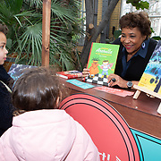 NLD/Amsterdam/20200220 - Bn'ers bij  aftrap campagne Lees voort!, Noraly Beyer deelt voorleesboeken uit