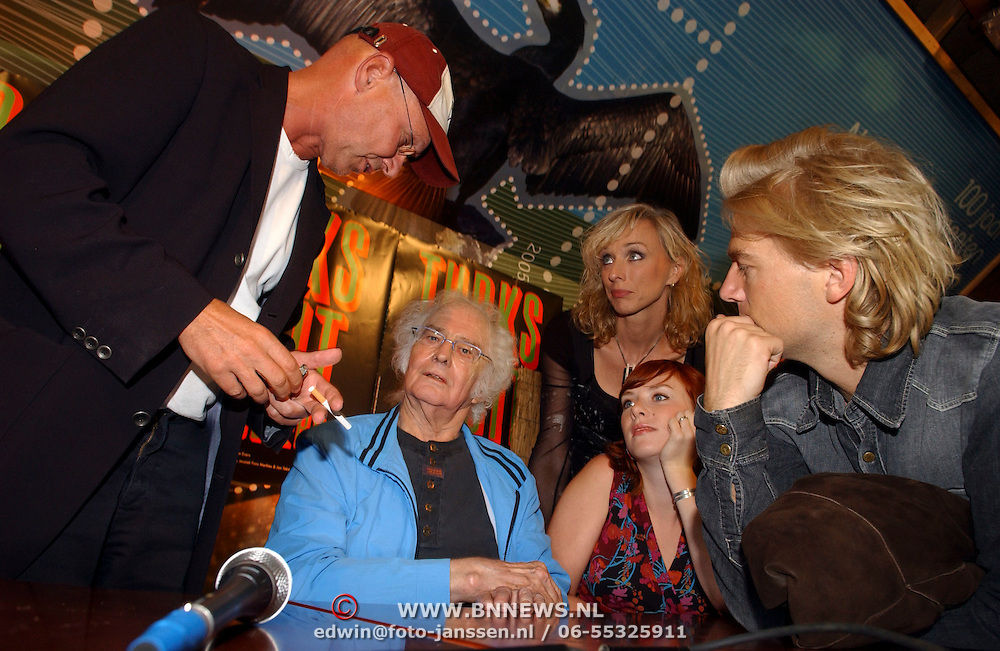 NLD/Muiderberg/20050915 - Perspresentatie Turks Fruit de Musical, schrijver en cast, Sjoerd Pleijsier, Ellen Evers, Jan Wolkers, Jelka van Houten, Anthonie Kamerling