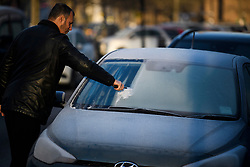 © Licensed to London News Pictures. 31/01/2019. London, UK. A man scrapes ice from the windscreen of his car in Little Venice, West London,  as temperatures in London drop to the lowest of the winter so far. Photo credit: Ben Cawthra/LNP