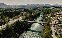 THEMENBILD - die Traunfallbrücke mit dem Fluss und dem Wasserkraftwerk, aufgenommen am 24. April 2019 in Steyrermühl, Oesterreich // the Traunfallbridge with the River and the Hydroelectric power station in  Steyrermuehl, Austria on 2019/04/24. EXPA Pictures © 2019, PhotoCredit: EXPA/ JFK