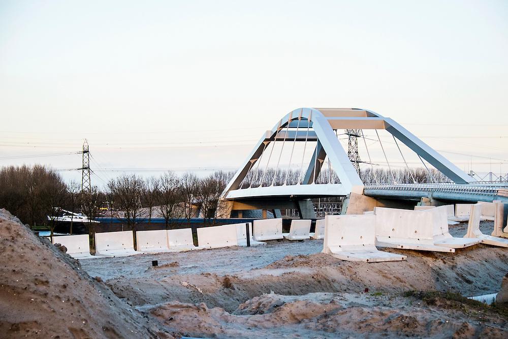 Nederland, Muiden, 2 jan 2014<br /> Uyllanderbrug bij Muiden over het Amsterdam-Rijnkanaal. Brug is nieuw en nog niet in gebruik, de weg er naar toe moet nog aangelegd worden.<br /> Foto: Michiel Wijnbergh