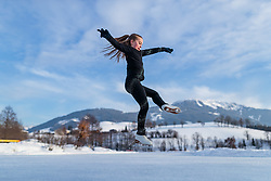 THEMENBILD - eine junge Eiskunstläuferin trainiert am zugefrorenen Ritzensee, aufgenommen am 01. Maerz 2018 in Saalfelden, Österreich // A young figure skater is training on the frozen Ritzensee, Saalfelden, Austria on 2018/03/01. EXPA Pictures © 2018, PhotoCredit: EXPA/ JFK