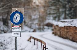THEMENBILD - Hinweisschild für Kettenpflicht in einem Waldstück, aufgenommen am 04. Dezember 2020, Piesendorf, Österreich // Signpost for chain obligation in a forest on 2020/12/04, Piesendorf, Austria. EXPA Pictures © 2020, PhotoCredit: EXPA/ Stefanie Oberhauser