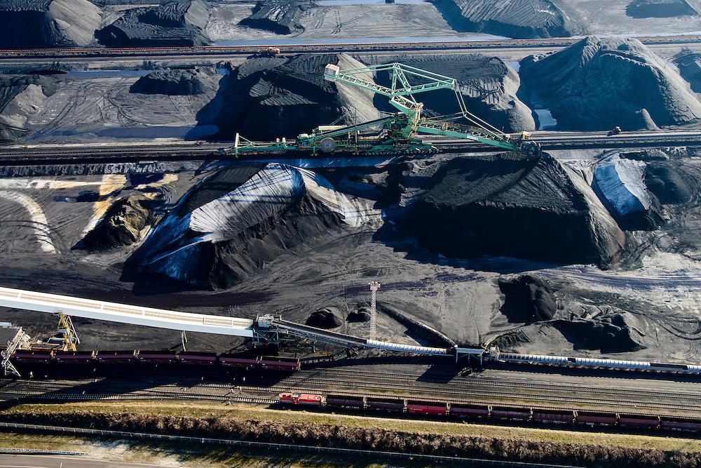 Nederland, Zuid-Holland, Rotterdam, 18-02-2015; Eerste Maasvlakte met aan de Mississippihaven Europees Massagoed Overslagbedrijf (EMO). Gespecialiseerd in de overslag van kolen en ijzererts. Kolentreinen worden beladen.<br /> EMO transhipment terminal for coal and iron ore and other dry bulk.<br /> luchtfoto (toeslag op standard tarieven);<br /> aerial photo (additional fee required);<br /> copyright foto/photo Siebe Swart