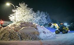 01.02.2014, Bahnhof, Lienz, AUT, Schneefälle in Oberkärnten und Osttirol, im Bild bis tief in die Nacht waren Einsatzkräfte damit beschäftigt die Strassen und Gehwege von den Schneeemassen zu räumen. Über Nacht vielen bis zu 1,2 Meter Neuschnee in weiten Teilen Oberkärnten und Osttirols und forderten bereits zwei Todesopfer. EXPA Pictures © 2014, PhotoCredit: EXPA/ JFK