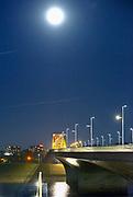 Nederland, Nijmegen, 14-8-2016 Sfeerbeeld bij maanlicht van het Rivierpark en het eiland Veur-Lent, lentereiland . Resultaat van het project Ruimte voor de Rivier. De nieuwe verlengde waa;brug die overloopt in de oude. Het is volle maan.Foto: Flip Franssen