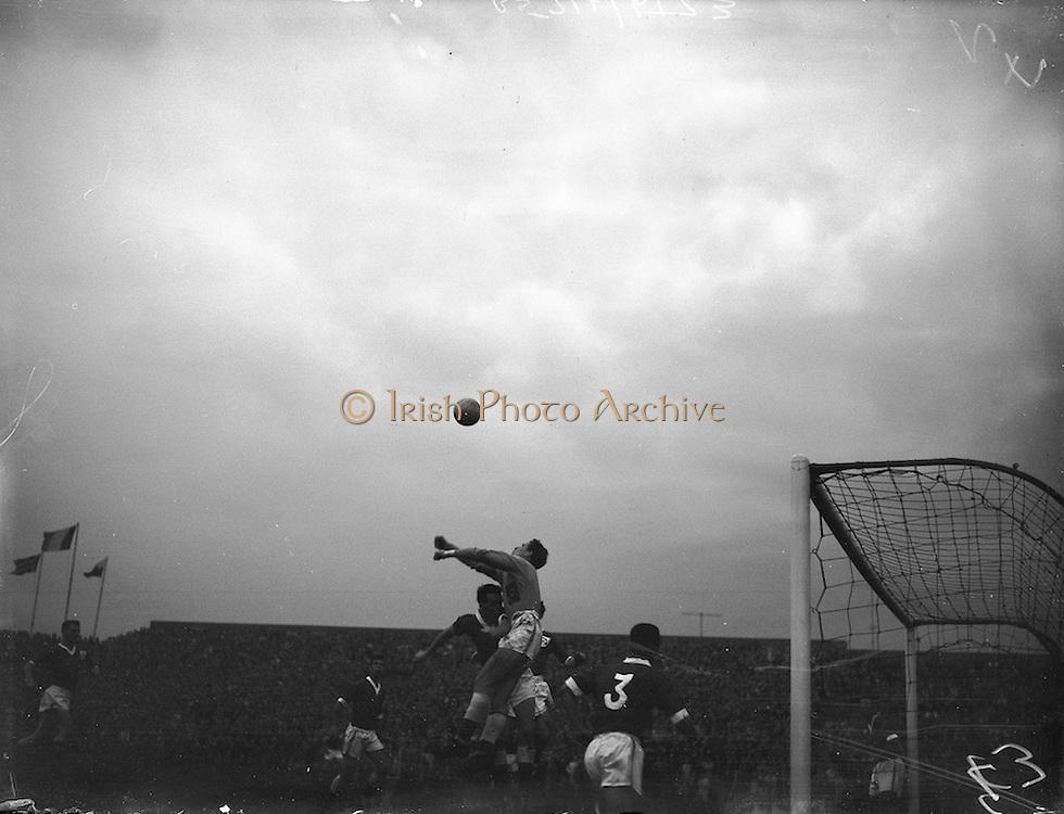 28/09/1960<br /> 09/28/1960<br /> 28 September 1960<br /> Soccer International: Ireland v Wales at Dalymount Park, Dublin. Wales won the game 3-2.