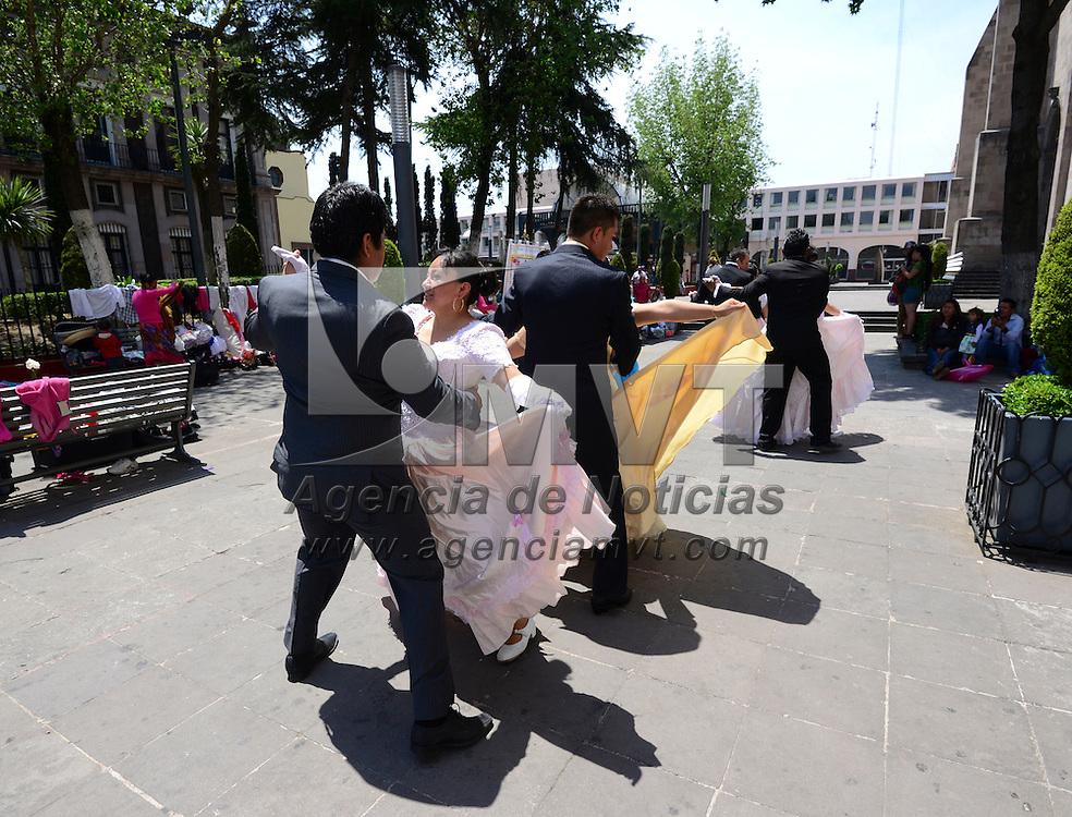 Toluca, México (Abril 17, 2016).- Peregrinos de Ecatepec realizaron una demostración de bailes regionales a un costado de la Catedral de Toluca, refrendando su fe.  Agencia MVT / Crisanta Espinosa