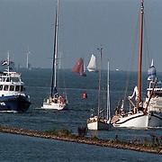 Aankomst Beatrix in haven Muiden met Groene Dreack gevolgd dor politieboot P92