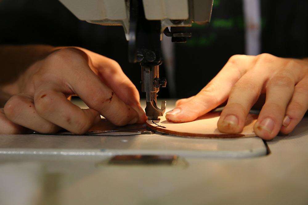 Fachmann/-frau Leder und Textil EFZ / Artisan du cuir et du textile CFC / Artisane du cuir et du textile CFC / Artigiano del cuoio e dei tessili (AFC) / Artigiana del cuoio e dei tessili (AFC) / Netzwerk Kleinstberufe / R?seau m?tiers rares / Rete microprofessioni<br /> ©  Stefan Wermuth