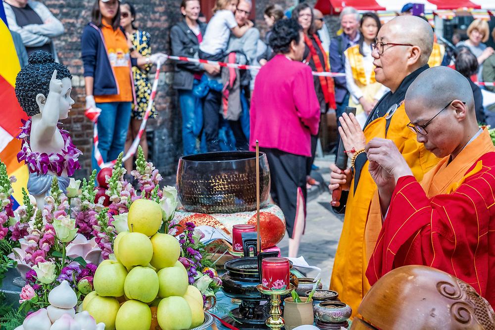 Netherlands. Amsterdam, 18-05-2019. Photo: Patrick Post.  Viering van Boeddha's geboorte. Vanuit de He Hua Temple op de Zeedijk werd gelopen naar de Nieuwmarkt waar een Bath Dharma ceremonie en een Fo Guang Baby Blessing ceremonie werden gehouden.