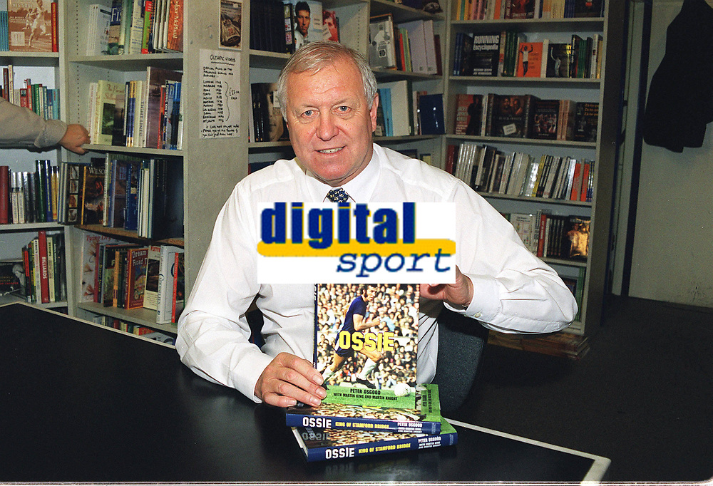 Fotball<br /> England<br /> Foto: Colorsport/Digitalsport<br /> NORWAY ONLY<br /> <br /> Chelsea historikk<br /> Peter Osgood (Ex Chelsea and England) at his Book signing Launch. Sports Pages London 15/11/2002