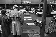 Frankrijk, Parijs, 15-12-1995In 1995 vinden verschillende aanslagen plaats in het centrum van de stad Parijs. Uit voorzorg worden alle openbare prullenbakken verwijderd of dichtgelast. De bommen werden in deze bakken gepolaatst door Algerijnse islamisten van de GIA. Op de foto zo'n afvalemmer zonder bak. Bij 3 van deze aanslagen vielen 8 doden en tientallen gewondenFrance, Paris 1995In this year several bombings took place by Algerian Islamists. Garbagecans were sealed of or removed out of the streests. The bombs were placed in garbagecans.Foto: Flip FRanssen/ HH