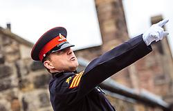THEMENBILD - ein Offizier. Die One O'Clock Gun (13- Uhr- Kanone) wird jeden Tag um 13:00 Uhr abgefeuert. Früher stellten die Seefahrer ihre Chronometer nach dem Signal. Schottlands Hauptstadt Edinburgh ist die zweitgrößte Stadt Schottlands im Edinburgh Castle, Edinburgh, Schottland, aufgenommen am 16.06.2015 // An officer. The One O'Clock Gun is a time signal, fired every day at precisely 13:00, excepting Sunday, Good Friday and Christmas Day at the Edinburgh Castle Scotland on 2015/06/16. EXPA Pictures © 2015, PhotoCredit: EXPA/ JFK