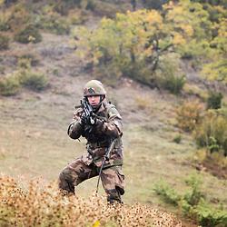 Exercice Choucas 2018 organisé dans le Trièves dans le cadre de la préparation opérationnelle des réservistes de la 27ème Brigade d'Infanterie de Montagne.<br /> Entraînement des unités de réserve et contrôle de la formation initiale des jeunes recrues sur des missions de type patrouilles Sentinelle, garde de points sensibles. Participation d'une FORAD adverse chargée d'organiser des incidents, agression à l'arme blanche, véhicule suspect, attaque suicide. Interventions réalisées de concert avec les sapeurs pompiers du SDIS Isère (prise en charge de militaire blessé en patrouille, GREX) et la gendarmerie départementale (véhicule suspect, intervention du PSIG sur une prise d'otage).<br /> Novembre 2018 / Mens (38) / FRANCE