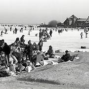 NLD/Huizen/19921229 - Schaatsen op bevroren Gooimeer, winter 1992