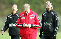 Fotball<br /> Trening Norge A<br /> Brøndby<br /> 08.11.2005<br /> Foto: Morten Olsen, Digitalsport<br /> <br /> Åge Hareide looking at his notes while Alex Valencia (L) - Start and Thorstein Helstad - Rosenborg are looking up in the sky