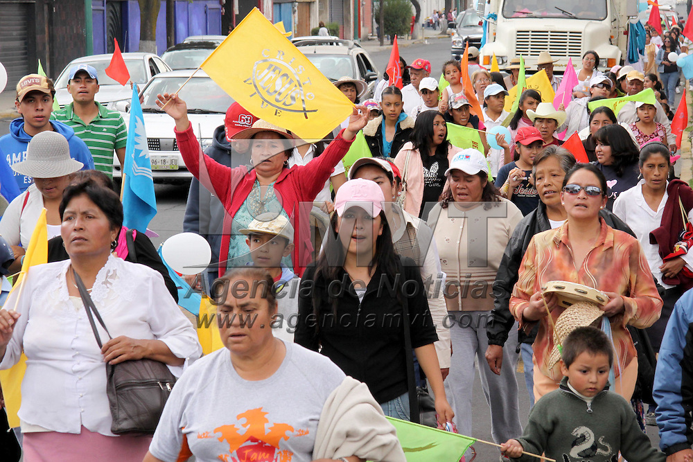 """Toluca, Mex.- Un grupo de mas de mil personas religiosa, de diferentes puntos del valle de Toluca, realizaron la """"marcho por la Gloria"""", del parque Alameda 2000 al centro histórico de la ciudad capital, con cantos y oraciones. Agencia MVT / José Hernández. (DIGITAL)<br /> <br /> NO ARCHIVAR - NO ARCHIVE"""