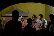 """Hombres cenan en el albergue """"La 72"""" en Tenosique, Tabasco. (Foto: Prometeo Lucero)"""