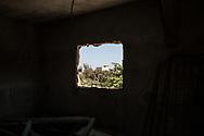 Avril 2018. Sénégal. Yarakh. Village de pêcheurs en banlieue de Dakar où des migrants partaient en pirogue pour les Canaries au milieu des années 2000. Chez Dam, le frère Ndongo Faye.