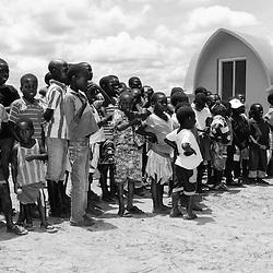 Crianças no Parque Nacional da Cangandala na província de Malange. Projecto de preservação da Palanca Negra Gigante (Hippotragus niger variani) iniciado e mantido pelo Dr. Pedro Vaz Pinto. Angola